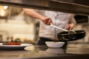 תמונה של טבח במטבח